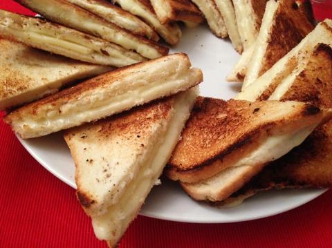 kwizinz-night-diavolo-veste-prada-toast-formaggio